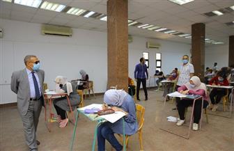 رئيس جامعة الأقصر يتابع ميدانيا سير اختبارات القدرات بكلية الفنون الجميلة | صور