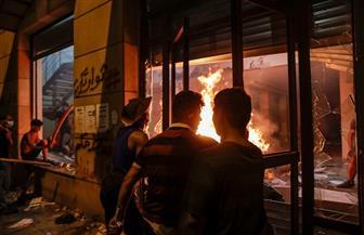متظاهرون غاضبون يقتحمون مقر جمعية المصارف في وسط بيروت