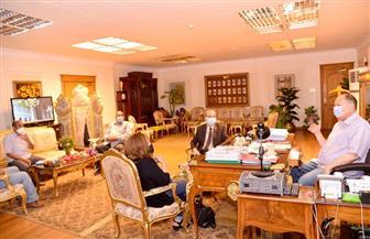 محافظ أسيوط يلتقي مسئولي الطرق لمتابعة مشروعات خطة الرصف |صور