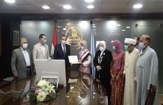 محافظ كفر الشيخ يكرم الطالبة الثانية على الدبلومات الفنية.. ويقرر إجراء عملية لوالدها |صور