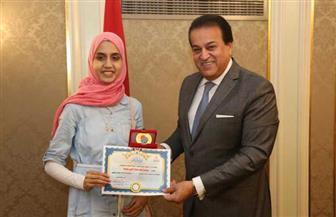 وزير التعليم العالي يكرم الطالبة الأولى على الثانوية العامة (مكفوفين)  صور