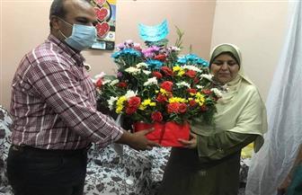محافظ الغربية ينيب رئيس مدينة المحلة لتقديم بوكيه ورد وبرقيه شكر لسيدة الشهامة بالقطار  صور
