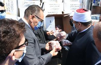 وزير الأوقاف يوزع 4 أطنان من لحوم الأضاحي على الأسر الأكثر احتياجا بالشرقية |صور