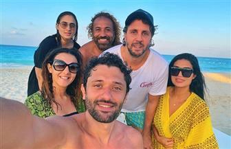 بصورة سيلفي.. دنيا سمير غانم وكريم محمود عبد العزيز وهشام ماجد على شاطئ البحر