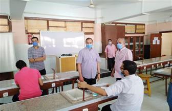 رئيس جامعة سوهاج يتفقد امتحانات نهاية العام للفرقة الخامسة بكلية الطب | صور