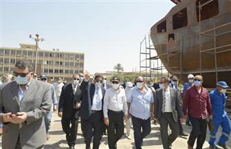 «ربيع» يتفقد أعمال بناء سفن الصيد بشركة ترسانة السويس ويعلن تطوير المركز الطبي | صور