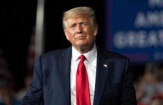 بدون كمامات.. ترامب ينظم أول تجمع انتخابي في مكان مغلق.. ويقول: واشنطن في المنعطف الأخير من كورونا