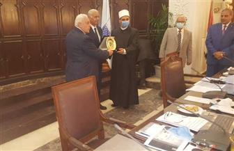 رابطة الجامعات الإسلامية تهدي درعها لوزير الأوقاف