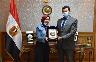 وزير الشباب يكرم الطالبة نورهان عبد الحميد العاملة في شركة نظافة لتفوقها في الثانوية الأزهرية | صور