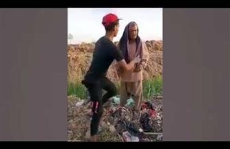ضبط شاب للاشتراك مع آخرين في تصوير فيديو للتنمر على رجل مسن ودفعه بجوار ترعة