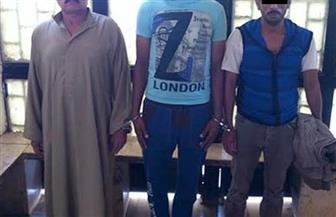 القبض على 3 عاطلين بتهمة الاتجار بالمخدرات والسلاح بأسوان