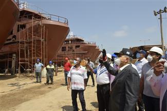 رئيس هيئة قناة السويس يتفقد ترسانة بورسعيد لمتابعة أعمال بناء القاطرات الجديدة وسفن الصيد | صور