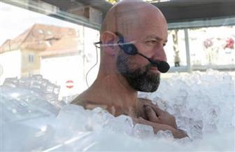 نمساوي يحطم رقما قياسيا بالوقوف 2.5 ساعة في صندوق مملوء بالثلج| صور