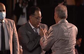 حسن مصطفى يهدي رئيس الوزراء تذكارا من الذهب
