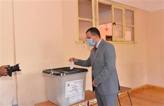 نائب رئيس جامعة أسيوط يدلي بصوته في انتخابات مجلس الشيوخ | صور