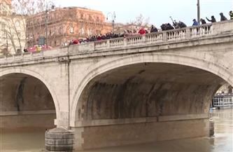 سكان روما يتحدون كورونا بالقفز في نهر التيبر