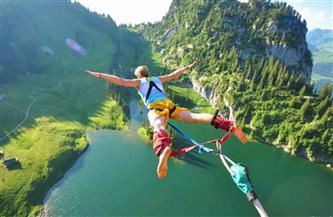 في رياضة مثيرة.. أستراليون يقفزون بالحبال من أعلى جرف ساحلي