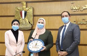 متطوعة لدى «مكافحة الإدمان» تهدى وزيرة التضامن ساعة حائط من صنع أهالي الأسمرات | صورة