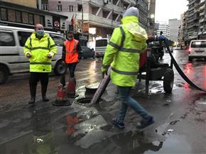 رئيس شركة الصرف الصحي بالإسكندرية يتابع أعمال سحب مياه الأمطار أثناء نوة الفيضة  صور