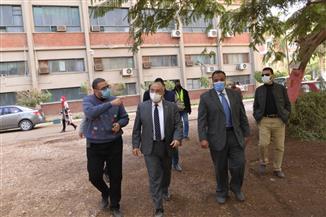رئيس جامعة أسيوط يجري جولة تفقدية في الحرم الجامعي | صور