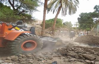 رفع التراكمات والمخلفات من مسار خط الطرد للصرف الصحي بقرية في شمال الأقصر  صور