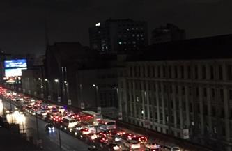 كثافات مرورية أعلى كوبرى أكتوبر.. وانتشار رجال المرور لتسيير حركة السيارات