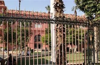 مدير عام المتحف المصري بالتحرير عن البوابة الحديدية الخارجية: «محفوظة» | صور