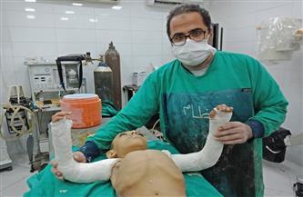 أول عملية جراحية من نوعها بمستشفيات جامعة المنيا لإصلاح الطرفين العلويين لطفل مصاب بالعظم الزجاجي