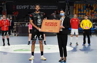 «قداح» يهدي والديه جائزة أفضل لاعب في لقاء مصر ومقدونيا