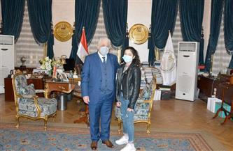 """وزير التعليم يكرم طالبة """"مدينة نصر"""" ويعد باحل مشكلتها مع إدارة المدرسة"""