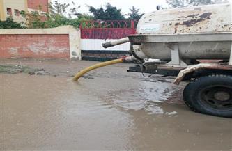 انتشار المعدات بشوارع وميادين كفر الشيخ لشفط مياه الأمطار   صور