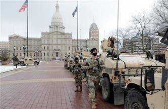 تجمع عشرات المسلحين أمام مبني برلمان ولاية ميشيجان الأمريكية