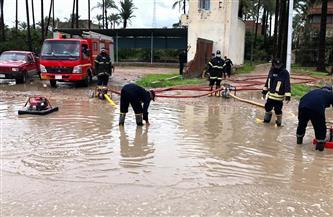 الدفاع المدني بالبحيرة يشارك في نزح مياه الأمطار | صور