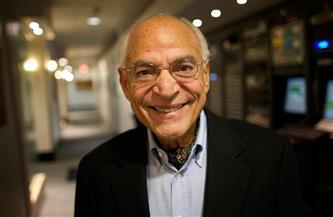 """أول عالم مصري يطلق اسمه بالفضاء.. تعرف على رحلة فاروق الباز بـ""""ناسا"""""""