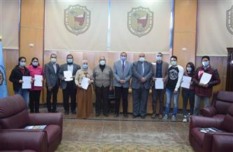 رئيس جامعة سوهاج يُكرم ٢١ طالبًا لاجتيازهم دورة الرقابة الصحية على اﻷلبان واللحوم| صور