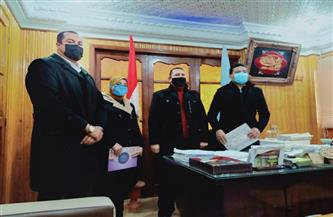 رئيس مدينة بيلا بكفر الشيخ يُكرم طبيبا شابا وصيدلانية | صور
