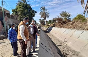 للحد من التلوث وتحسين البيئة.. تبطين ترعة الحوشة بمدينة الطود بالأقصر | صور