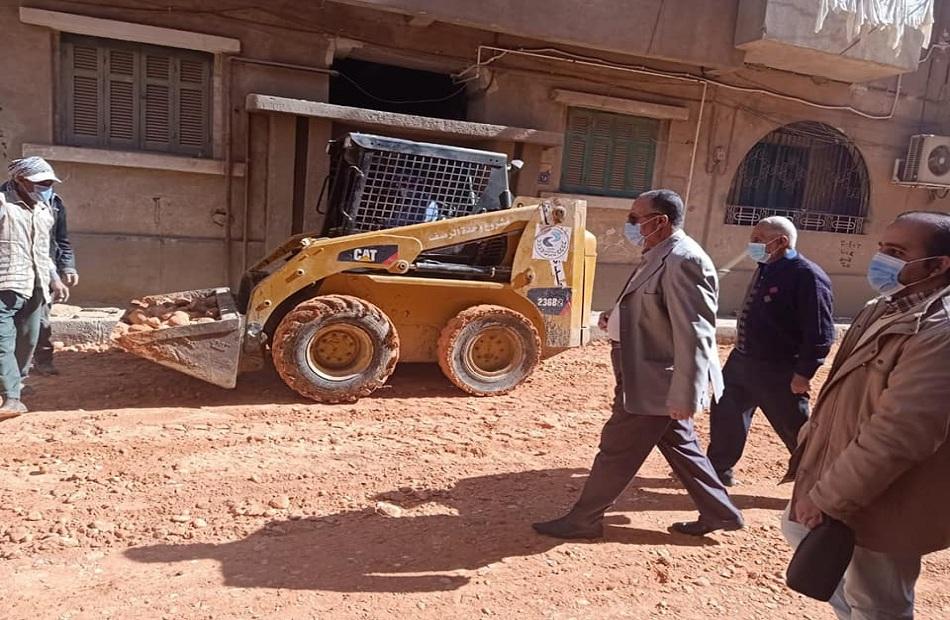 محافظ أسيوط متابعات لأعمال الرصف بالمراكز والأحياء والسكرتير المساعد يتفقد شوارع حي شرق  صور