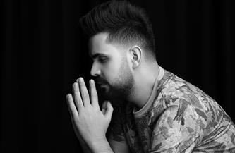 """قصي حاتم متأثرًا بشهداء ساحة الطيران في أغنيته الجديدة """"كافي"""""""