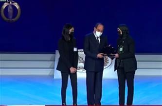 الرئيس السيسي يكرم أسر الشهداء ويمنحهم الأوسمة والأنواط