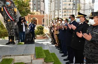 وضع إكليل من الزهور على النصب التذكاري للشهداء بمعسكر الأمن المركزي بالمنصورة | صور