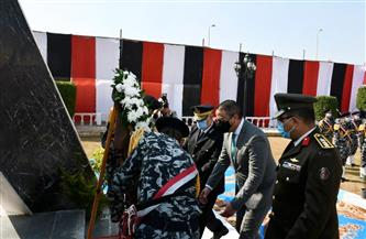 محافظ الفيوم يضع إكليلاً من الزهور على النصب التذكاري لشهداء الشرطة | صور