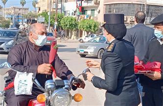 رجال الشرطة يوزعون الورود والحلوى وكتيبات بكفر الشيخ على المواطنين|صور