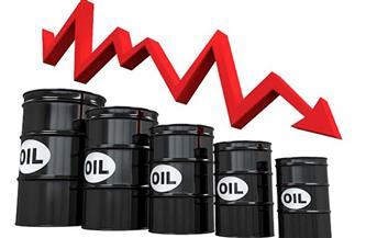 النفط يهبط بعد صعود قياسي وسط قلق أوبك ووكالة الطاقة حيال الطلب
