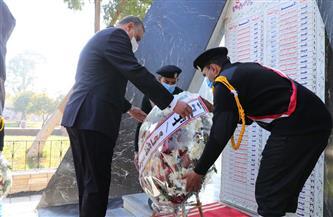 محافظ سوهاج يضع إكليلا من الزهور على النصب التذكاري لشهداء الشرطة | صور