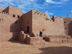 رئيس قطاع الآثار الإسلامية والقبطية واليهودية يتفقد مشروع ترميم قرية بلاط الأثرية بواحة الداخلة | صور