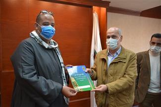 السكرتير العام لسوهاج يسلم 40 عقد تقنين الأراضي أملاك الدولة للمواطنين  صور
