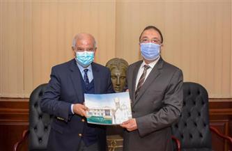 محافظ الإسكندرية يتسلم هدية تذكارية من البابا تواضروس الثاني | صور