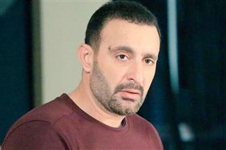 أحمد السقا يعتذر لأحد المصورين في جنازة محمد الصغير: «حقك عليا»