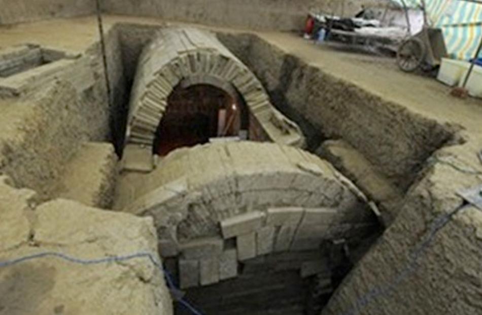 اكتشاف مقبرة لعائلة أرستقراطية تعود إلى نحو  عام وسط الصين